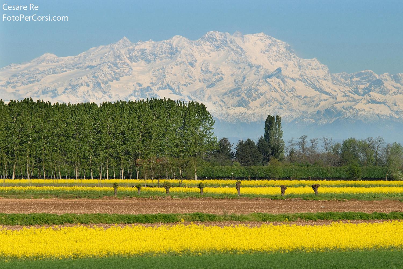 Monte Rosa, dalla pianura lombarda. Diversi piani, compressi dall'utilizzo di una focale di 400mm su formato aps-c. Nikon D300; Nikkor 80-400 4,5 / 5,6 AFD; Focale 400 mm