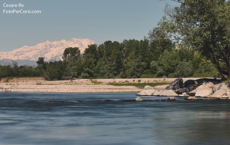 Il Monte Rosa dalla pianura lombarda, dal Parco del Ticino. Nikon D800, Nikkor 70-200 VR 4. Focale 150 mm.